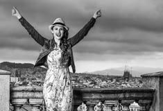 Счастливая женщина перед городским пейзажем ликование Барселоны, Испании стоковое фото