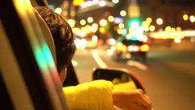 Счастливая женщина полагается вне окно бортового автомобиля пассажира видеоматериал