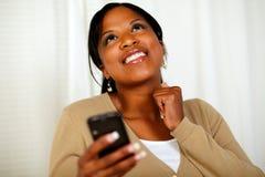 Счастливая женщина посылая текстовое сообщение чернью стоковые фото