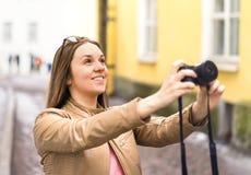 Счастливая женщина принимая фото с камерой туристская каникула стоковое фото