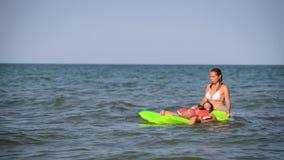 Счастливая женщина при дети брызгая на прибое воды сток-видео