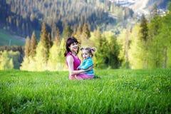 Счастливая женщина при младенец играя na górze горы Conc Стоковое Изображение RF