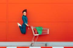 Счастливая женщина при покупки скача с утехой Стоковое Изображение