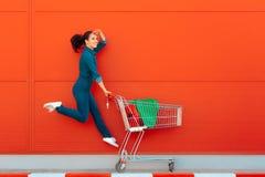 Счастливая женщина при покупки скача с утехой Стоковое фото RF