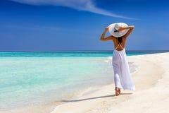 Счастливая женщина путешественника идет на тропический пляж стоковые фотографии rf