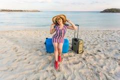 Счастливая женщина путешественника с чемоданом на пляже Концепция перемещения, путешествия, отключения Стоковые Фото