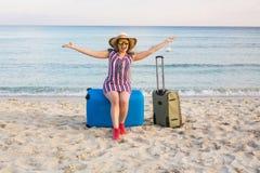 Счастливая женщина путешественника с чемоданом на пляже Концепция перемещения, путешествия, отключения Стоковая Фотография RF