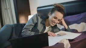 Счастливая женщина работая с документами дома Усмехаясь женщина делая обработку документов сток-видео