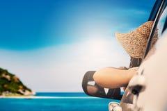Счастливая женщина сидя в автомобиле и путешествуя сезон лета на море стоковое изображение rf