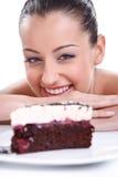 Счастливая женщина смотря в вкусных тортах Стоковые Фото