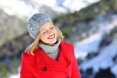 Счастливая женщина с закрытыми глазами наслаждаясь зимним отдыхом стоковое изображение rf