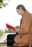 Счастливая женщина с книгой Стоковые Фотографии RF