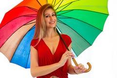 Счастливая женщина с красочным зонтиком красит радугу blondish стоковые изображения
