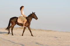 Счастливая женщина с лошадью стоковое изображение