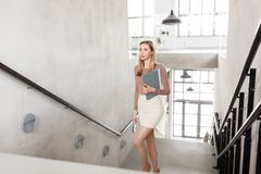 Счастливая женщина с папкой идя вверх Стоковая Фотография RF