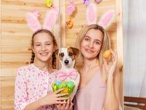 Счастливая женщина с пасхальными яйцами краски ребенка Стоковое Изображение RF