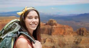 Счастливая женщина с рюкзаком над гранд-каньоном Стоковые Изображения