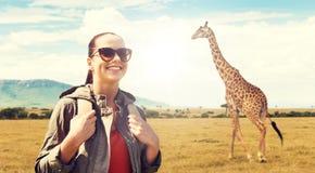 Счастливая женщина с рюкзаком путешествуя в Африке Стоковые Изображения RF