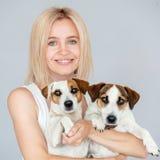 Счастливая женщина с собакой стоковые изображения