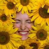 Счастливая женщина с солнцецветами Стоковые Фотографии RF