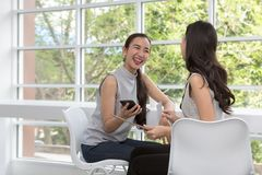 Счастливая женщина с хозяйственной сумкой и мобильным телефоном Делать онлайн покупки на таблетке Женщина приняла безконтактную о стоковая фотография rf