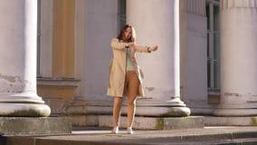 Счастливая женщина танцев празднует успех в бизнесе сток-видео