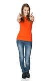 Счастливая женщина указывая на вас стоя в во всю длину стоковое фото
