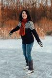 Счастливая женщина уча к коньку льда Стоковое фото RF