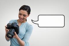 Счастливая женщина фотографа с пузырем речи против серой предпосылки Стоковое фото RF