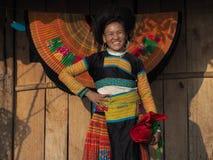Счастливая женщина Hmong вышивает в заходе солнца, животиках Xua, Son La, Вьетнаме стоковая фотография
