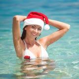 Счастливая женщина santa на пляже Стоковые Фото