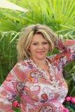 Счастливая зрелая женщина на летних каникулах стоковое изображение