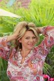 Счастливая зрелая женщина на летних каникулах стоковые фотографии rf