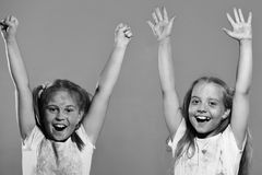 Счастливая игра девушки Девушки с excited сторонами стоят на фиолетовой предпосылке Стоковые Изображения RF