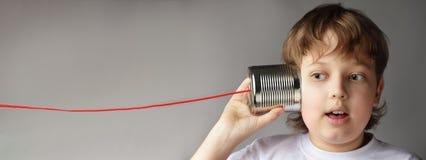 Счастливая игра мальчика в телефоне жестяной коробки стоковые изображения rf