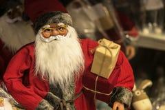 Счастливая игрушка Санта Клаус Концепция рождества с подарками в коробках Стоковые Фотографии RF