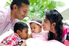 Счастливая индийская семья с 2 дет Стоковая Фотография RF