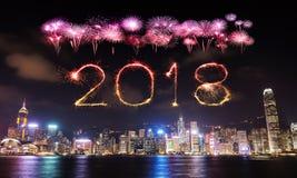 Счастливая искра фейерверка Нового Года 2018 с городским пейзажем Гонконга Стоковое фото RF