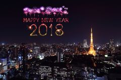 Счастливая искра фейерверка Нового Года 2018 с городским пейзажем токио, Японией Стоковое Фото