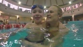 Счастливая и любящая мать с сыном в бассейне сток-видео