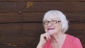 Счастливая и смеясь над старшая женщина с серыми волосами, крупным планом портрета акции видеоматериалы