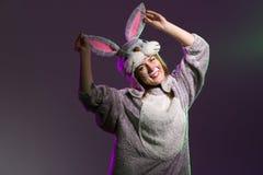Счастливая и шаловливая девушка зайчика пасхи Стоковое Фото