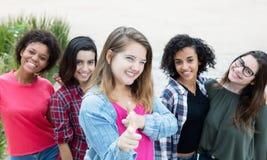 Счастливая кавказская женщина с группой в составе подруги Стоковые Фотографии RF
