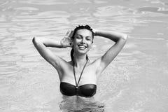 счастливая каникула Каникулы на море каникула территории лета katya krasnodar Довольно сексуальная женщина в бассейне стоковое фото
