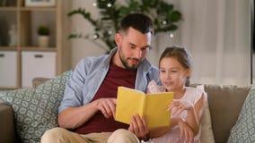 Счастливая книга чтения отца и дочери дома сток-видео