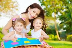 Счастливая книга чтения семьи Стоковое Изображение