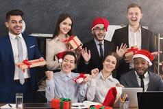 Счастливая команда дела наслаждаясь рождественской вечеринкой в офисе стоковые фото
