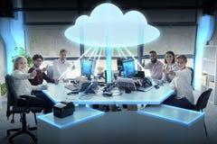 Счастливая команда дела с hologram облака вычисляя Стоковые Изображения RF