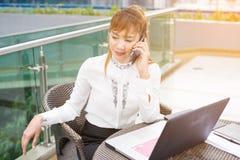 Счастливая коммерсантка говоря на сотовом телефоне в офисе дома tele Стоковое Фото