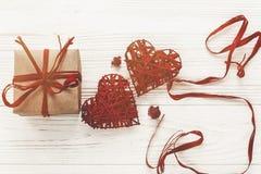 Счастливая концепция дня ` s валентинки стильная коробка и красный цвет настоящего момента ремесла Стоковые Изображения